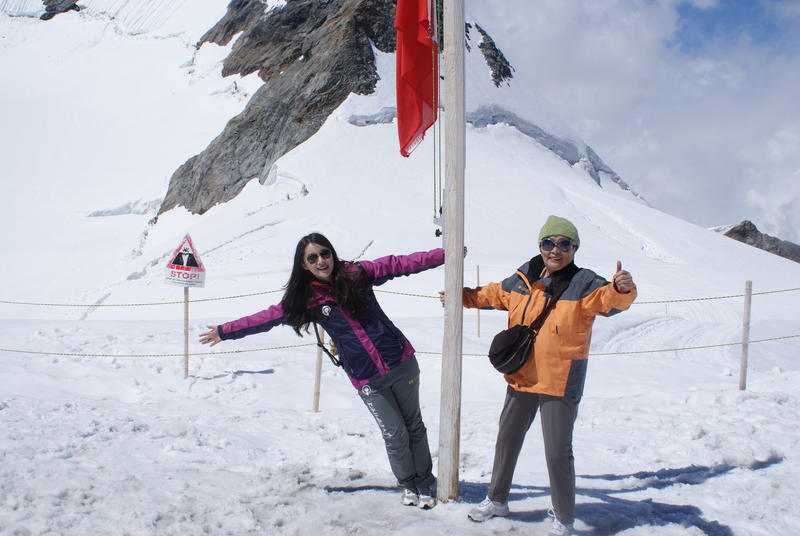 Biyun Song and her grandma on a snowy mountain