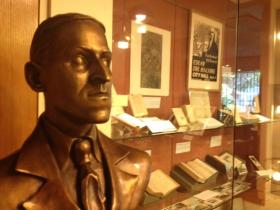 A bronze bust of HP Lovecraft is drawing fans to the Providence Athenaeum.