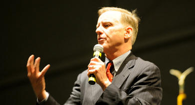 Howard Dean speaking to students.