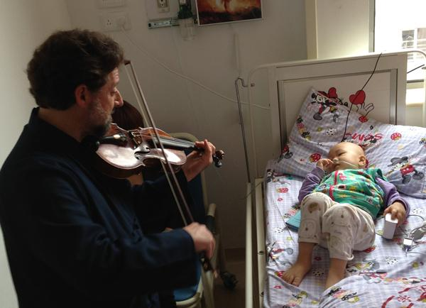 Violinist Philip Kates visited Shanghai Children's Medical Center to perform for patients. The power of music to heal is an incredible thing.