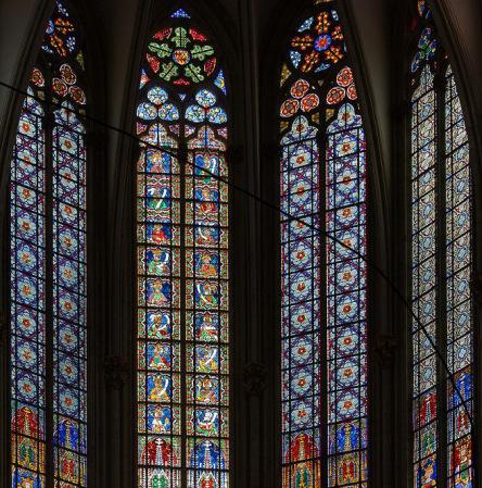 Koeln-Hohe Domkirche St Peter und Maria-Zentrum des Chorobergadens mit Koenigsfenstern, by Mylius. Licensed under CC BY-SA 3.0 via Commons