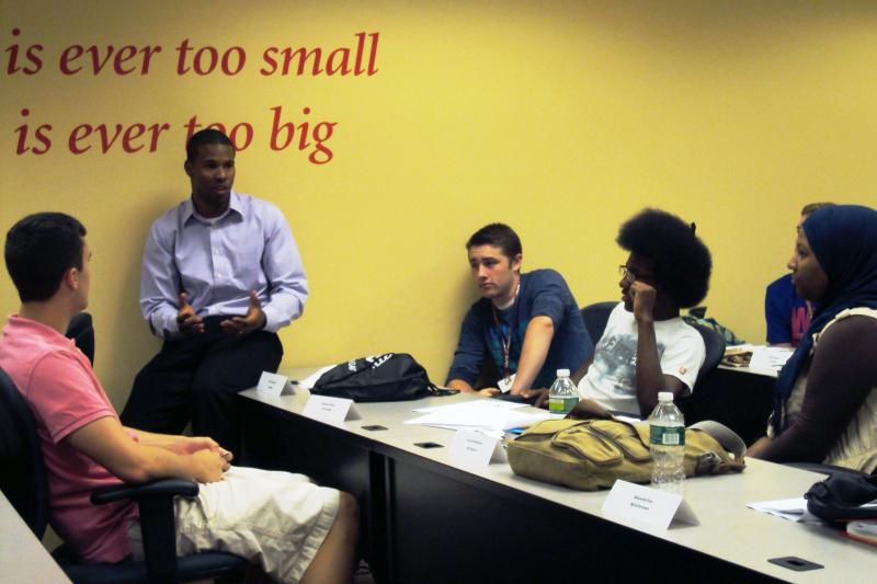 El-Java Abdul-Qadir, an instructor at the South Side Innovation Center, talks with students in the entrepreneurship boot camp.