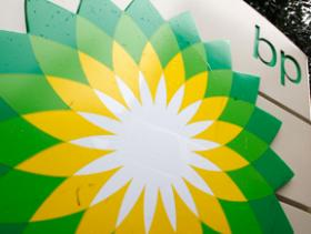 A federal appeals court panel says BP PLC must resume paying claims to businesses while it asks the U.S. Supreme Court to review its settlement with businesses in the aftermath of the 2010 Gulf of Mexico oil spill.