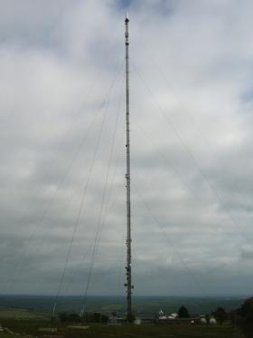 vertical radio broadcast antenna with guidewires