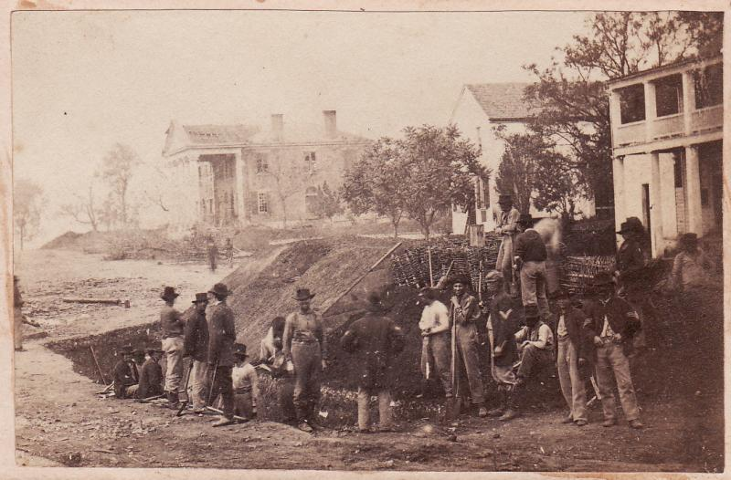 Union troops constructing breastworksnear the Old State Bank Building