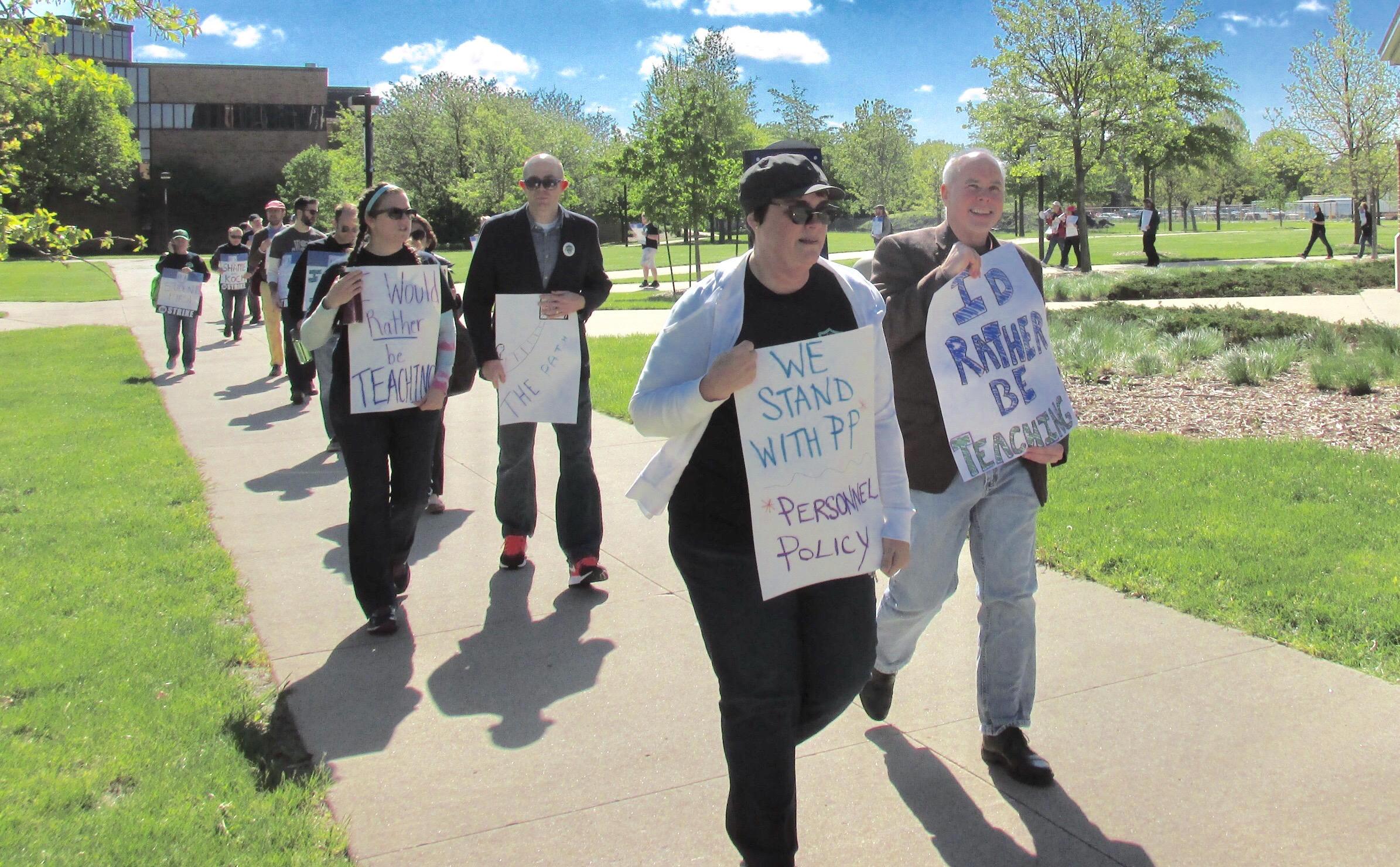 Professors walk picket lines at U of Illinois-Springfield