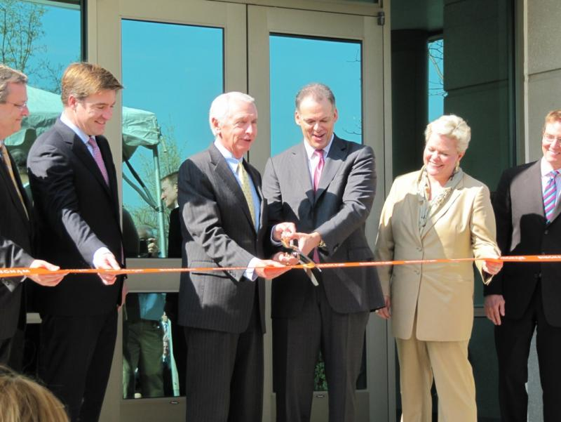 (l-r) Bob Quick of Commerce Lexington, Kentucky Attorney General Jack Conway, Gov. Steve Beshear, Bingham Chairman Jay Zimmerman, Bingham COO Tracee Whitley, and Lexington Mayor Jim Gray helped cut the ribbon at Bingham McCutchen's new Lexington center..