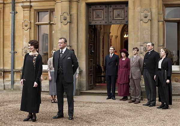 The Crawley family and staff in front of Downton Abbey