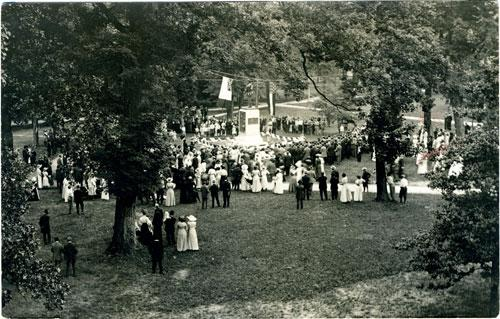 Unveiling of the confederate monument in 1913.