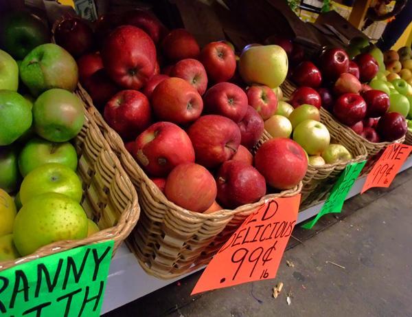 Photo: Apples in a farmer's market
