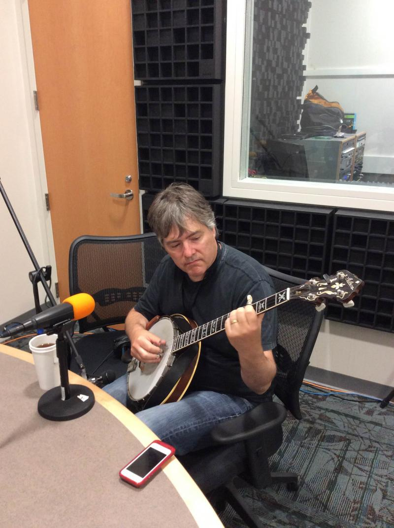 Béla Fleck warming up in the studio