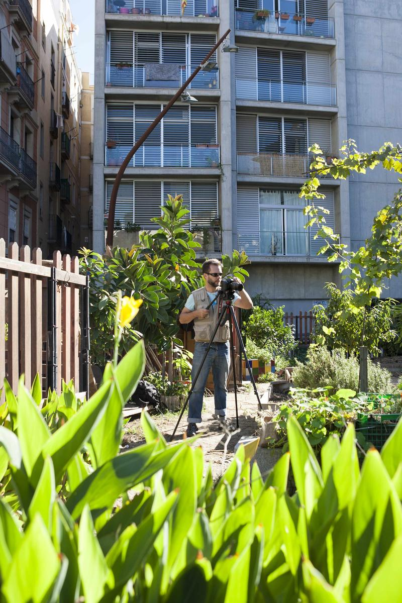 In the city center of Barcelona, one garden remains open for all to enjoy. Wil Weldon can be seen shooting video in Hortet del Forat.
