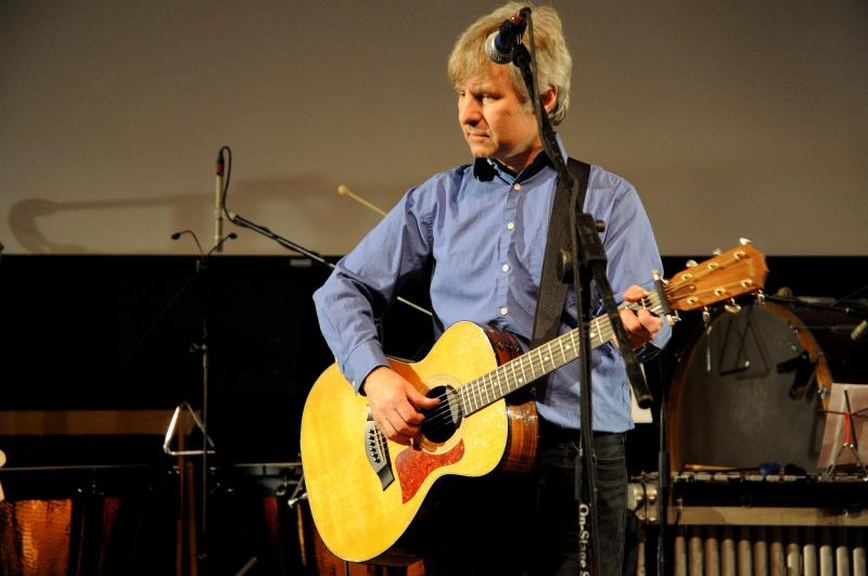 A picture of Chris Stamey playing guitar.