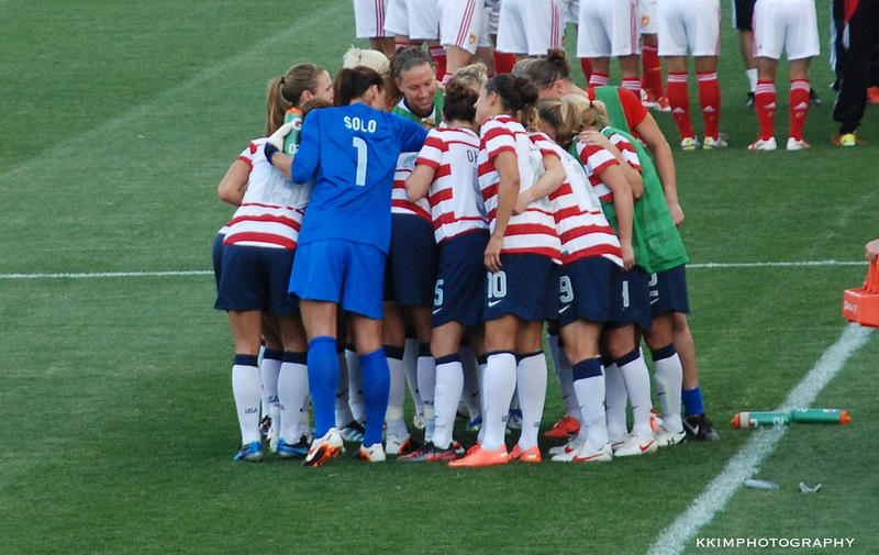 Image of US Women's National Soccer Team huddling up.