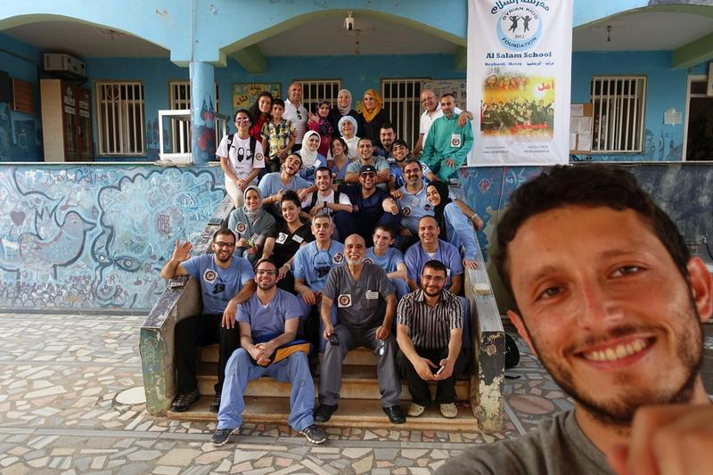 A seflie of reporter Jorge Valencia with dentists in Syria