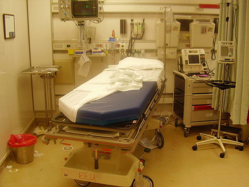 A picture of a bed in an emergency room.