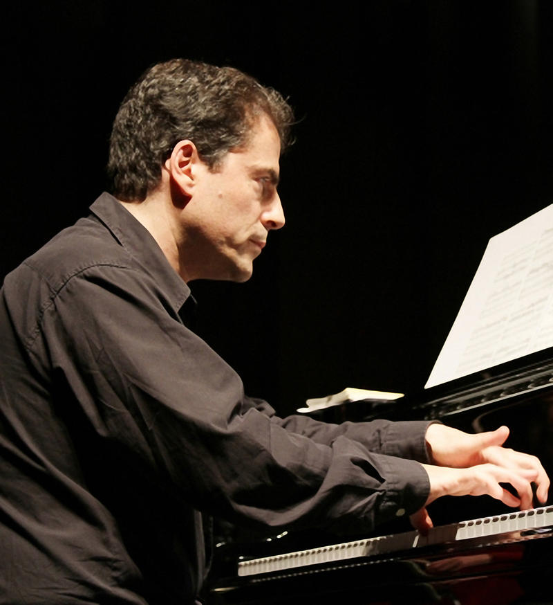 Image of Stefan Litwin playing piano