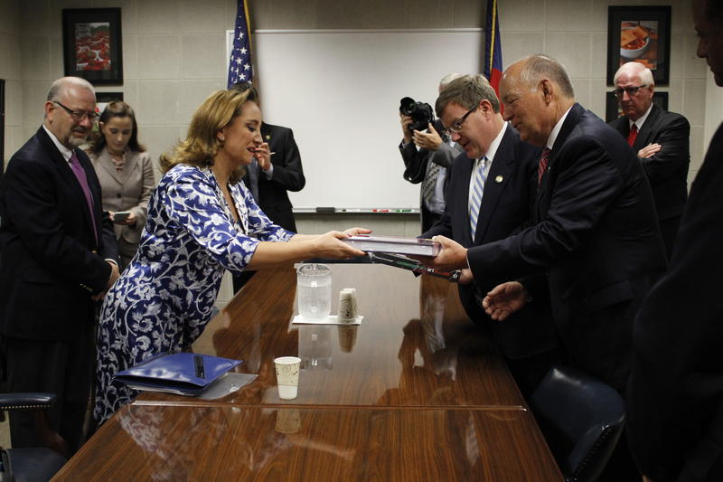 Photo of Claudia Ruíz Massieu and North Carolina legislators