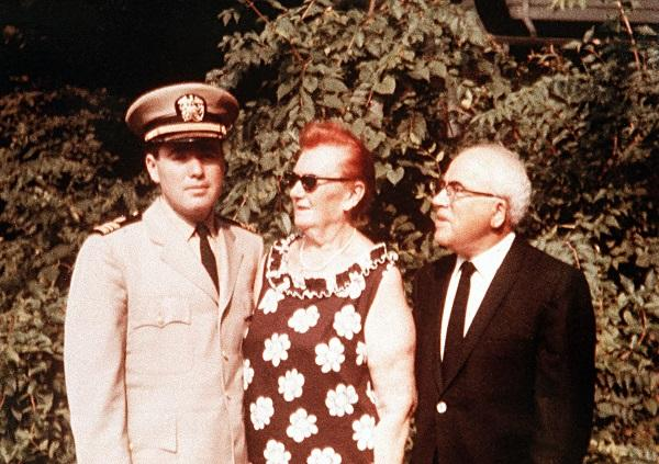 Image of Ralph Snyderman with his parents