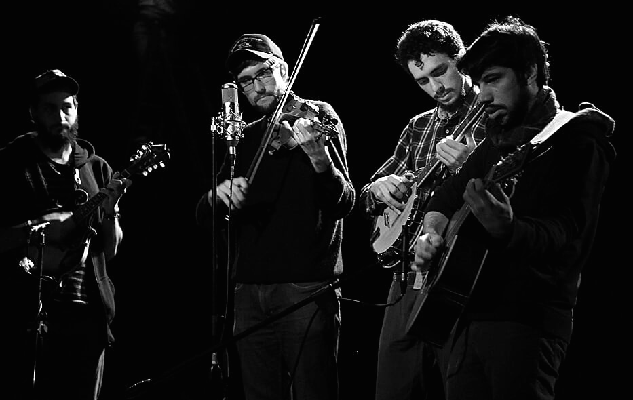 Che Apalache is Joe Troop (fiddle, vocals), Pau Andrés Barjau Mateu (banjo, vocals), Franco Martino (guitar, vocals), Martin Bobrik (mandolin, vocals).