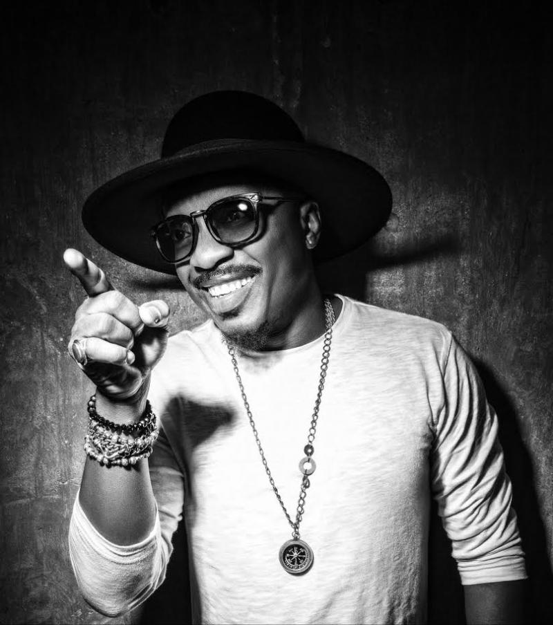 photo of singer Anthony Hamilton holding a cigar