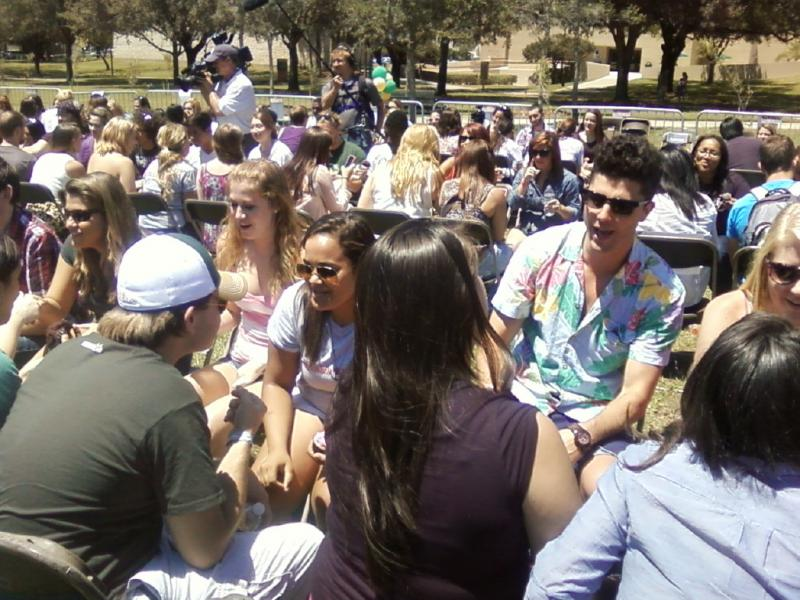"""The Buried Life's"" Ben Nemtin (Hawaiian shirt) talks w/a USF student"