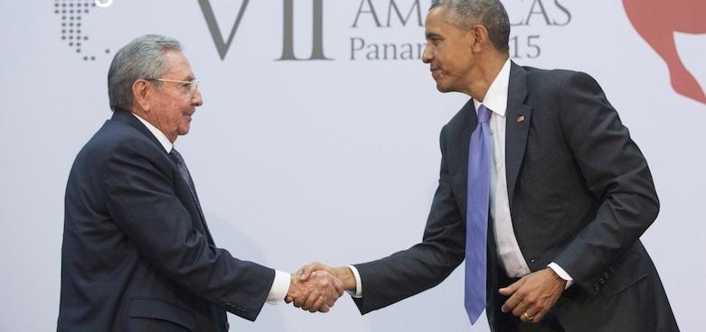 President Obama shakes the hand of Cuba President Raul Castro