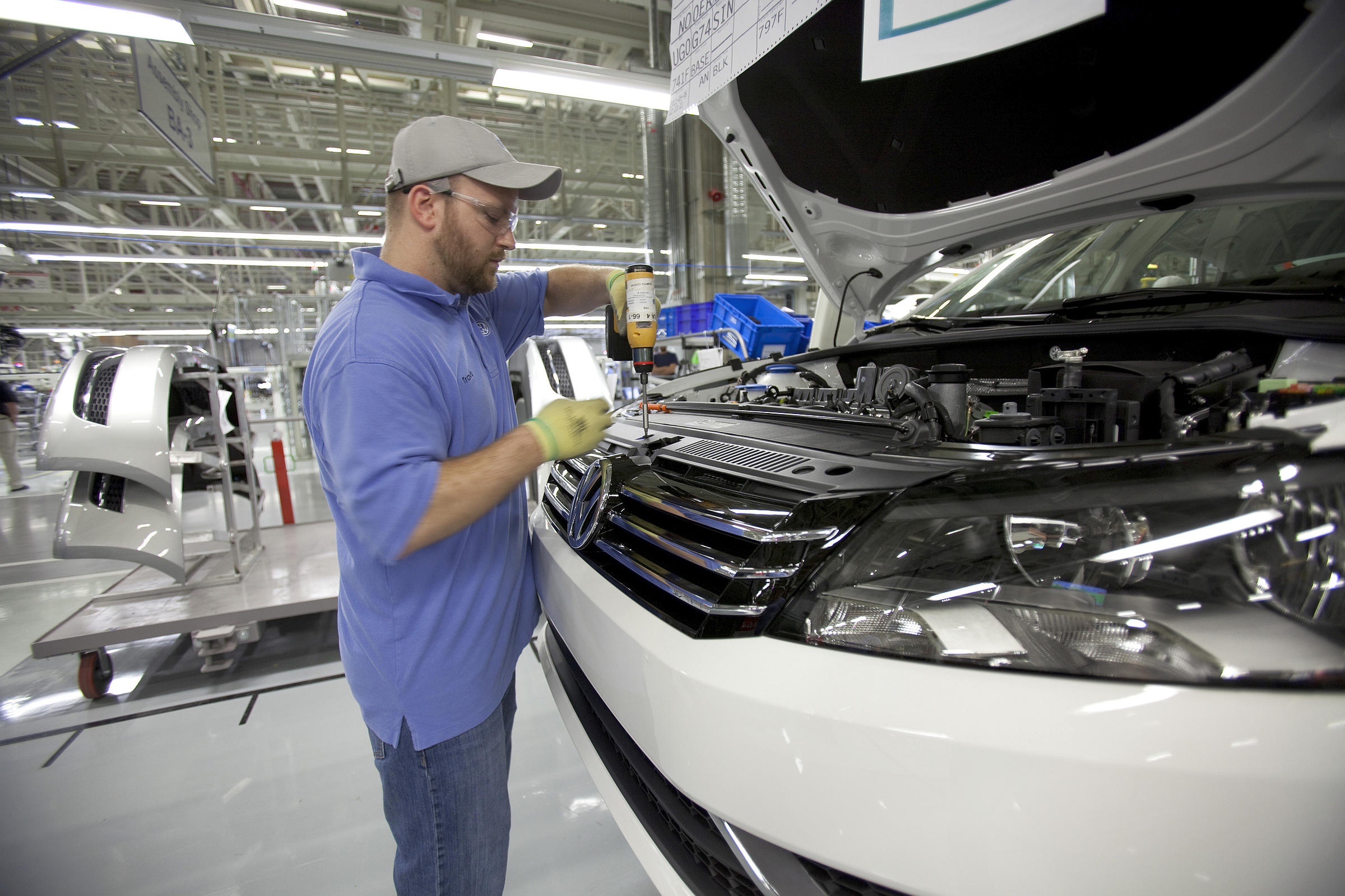 Labor board orders Volkswagen to begin bargaining with UAW