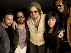 Rusted Root: (from l to r) Dirk Miller, Patrick Norman, Michael Glabicki, Liz Berlin, Preach Freedom