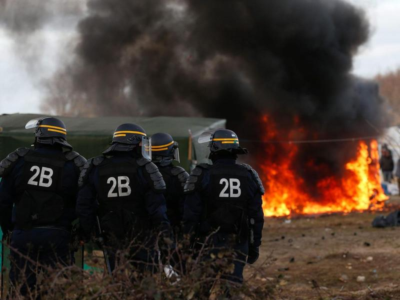 During the evictions of Calais Jungle, in March 2016, at least twelve huts were set on fire by inhabitants.