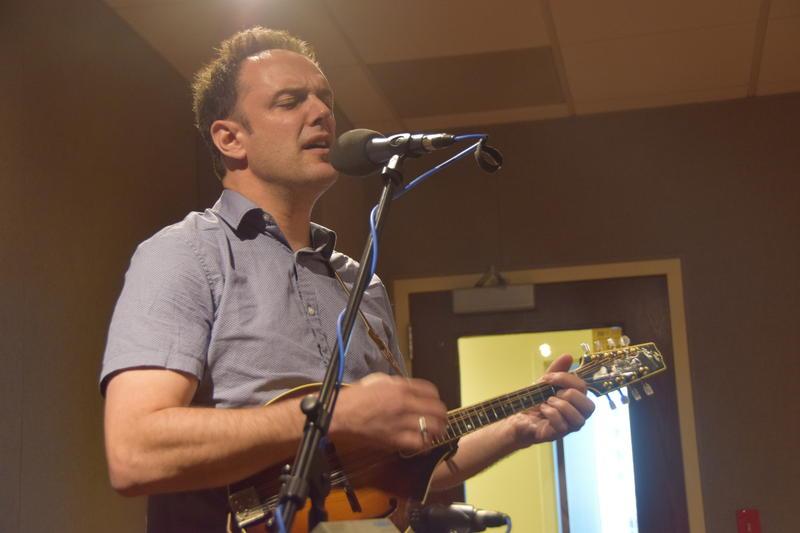 Mark Erelli in the WUWM performance studio.