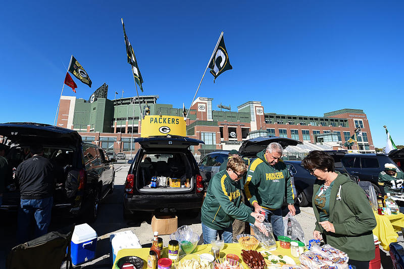 green-bay-packers-tailgating-fans-wisconsin