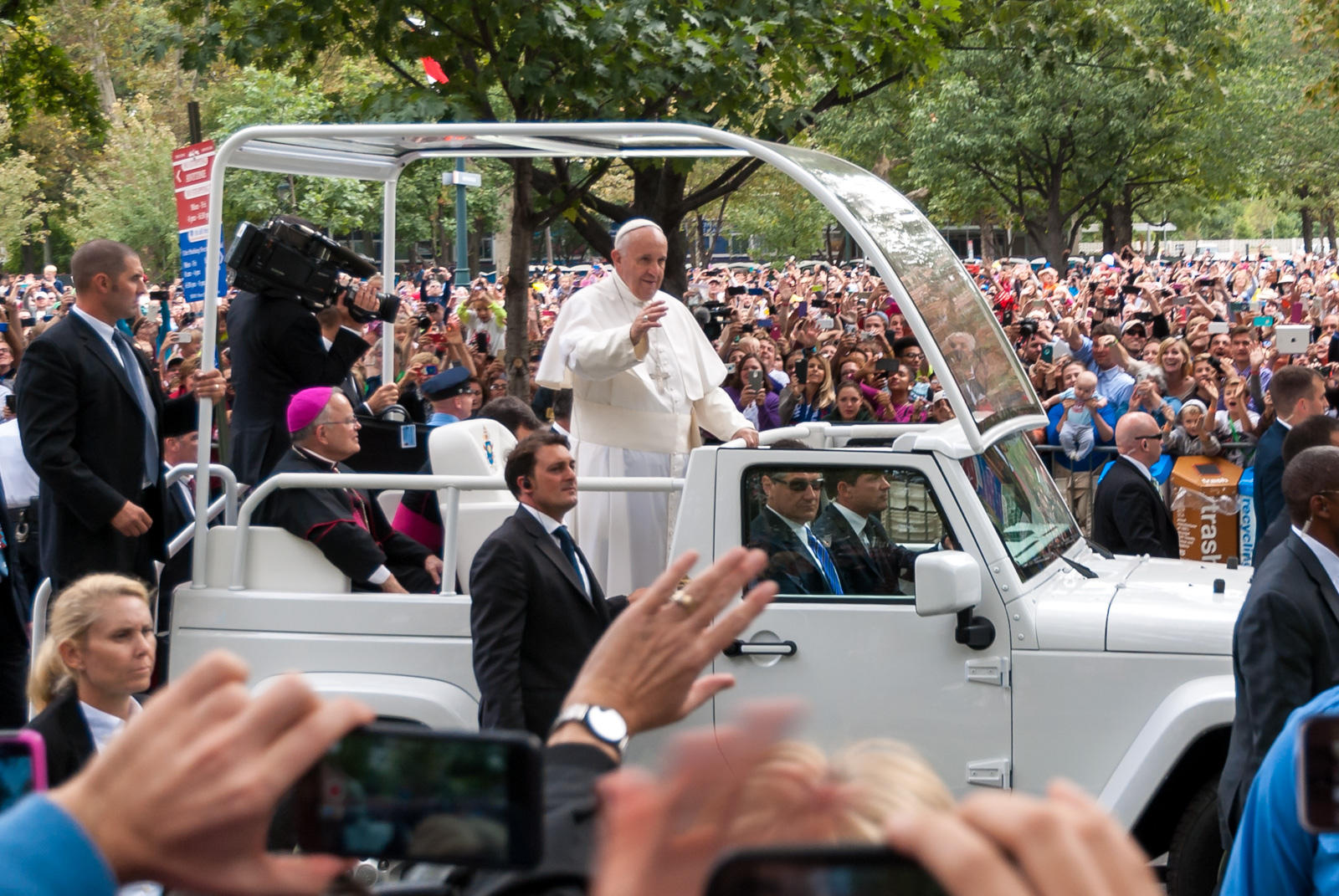 essay pope francis underscores global influence of r pope francis greets the people of philadelphia as a part of his united states his was the first of any pope to the united states