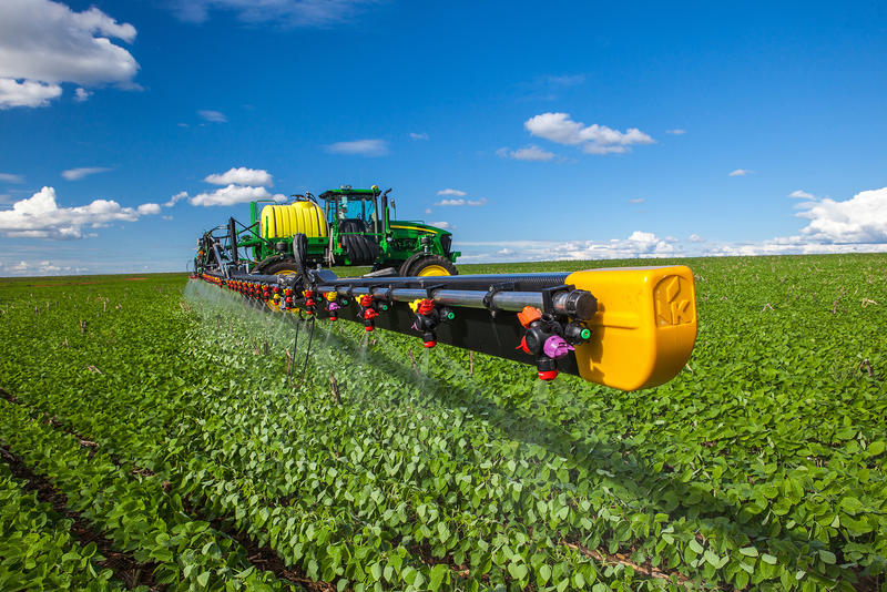 Deere self-propelled sprayer with booms made of carbon fiber