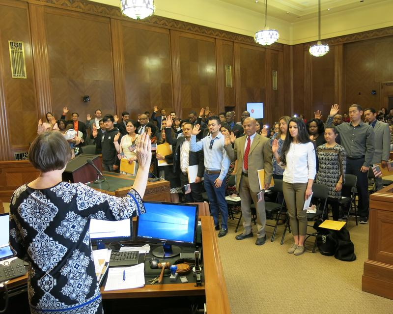 new US citizens take the oath of allegiance