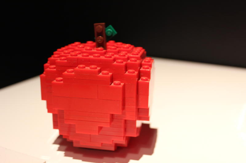 This apple measures just 25 x 40 x 25 (cm) and is constructed from 1,292 LEGO bricks.