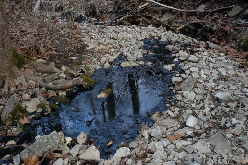 Crude oil in un-named wet weather stream that discharges into un-named pond.