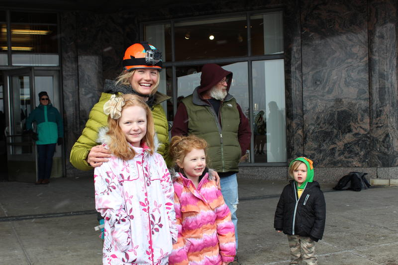 Rachel Pohl paused to take pictures with onlookers after scaling the Cincinnati Museum Center.