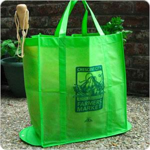 Many farmers markets, supermarkets, and even farmers themselves are branding their shopping experience with ecological tote bags.