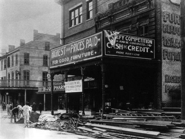 A sign on Canal Street, circa 1915, indicates that rat-proofing efforts were underway.