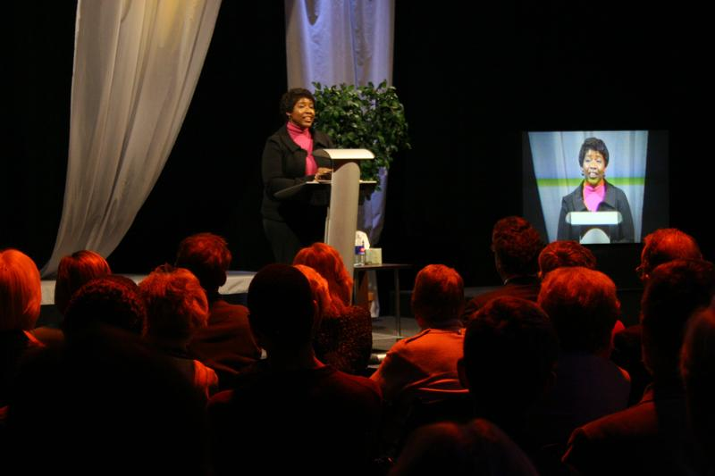 Gwen Ifill speaking to a crowd at WXXI in 2010