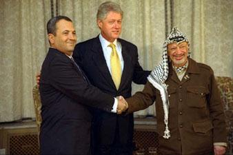 Israeli prime minister Ehud Barak (l) and Palestinian leader Yasser Arafat (r) shake hands at the White House in Washington. Arafat, Barak and President Bill Clinton (center) participated in the July 2000 Middle East summit.