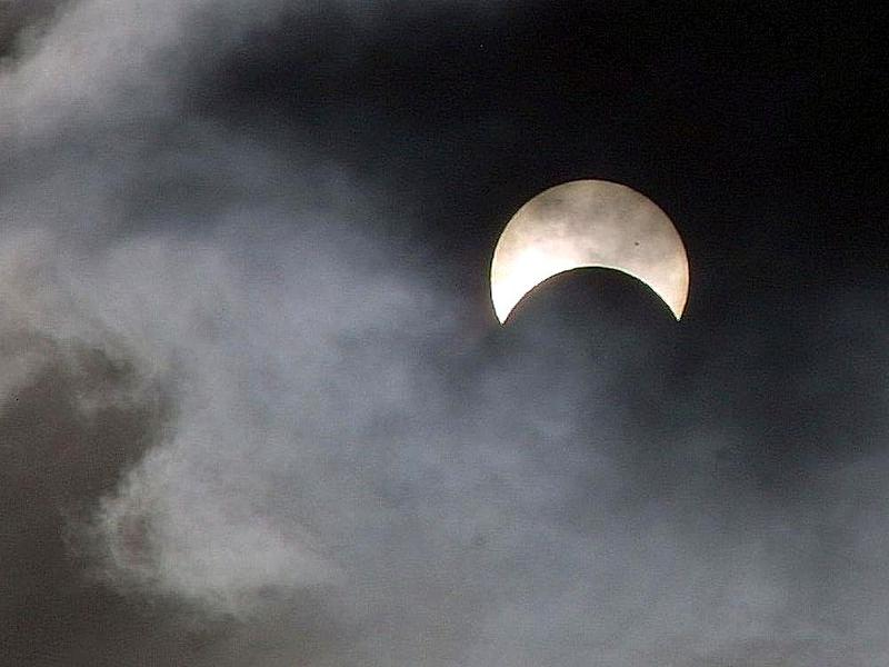 By Jon Sullivan - http://www.public-domain-image.com/public-domain-images-pictures-free-stock-photos/miscellaneous-public-domain-images-pictures/sun-public-domain-images-pictures/eclipses-sun.jpg, Public Domain, https://commons.wikimedia.org/w/index.php?c