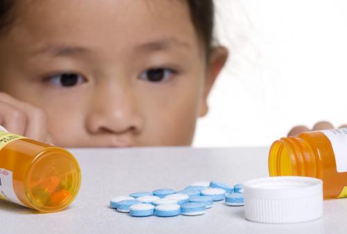 Cẩn trọng khi vứt thuốc không thể sử dụng tránh xa tầm tay trẻ em