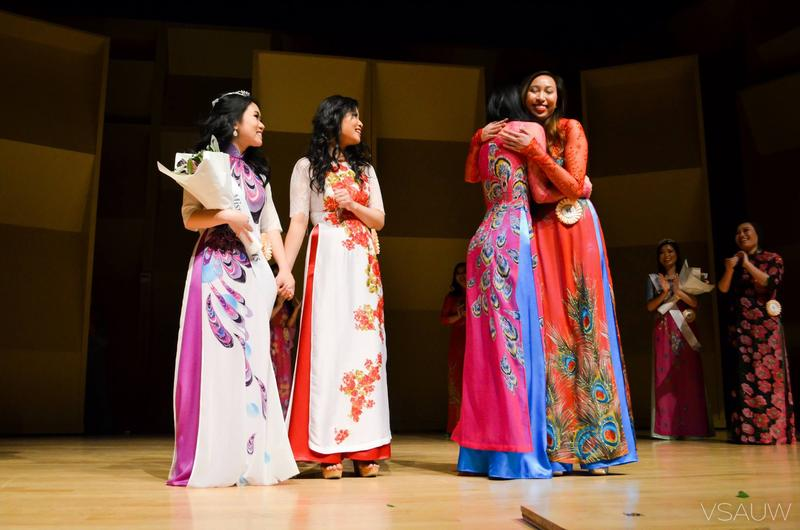 Contestants in the Miss Hoa Khoi Lien Truong 2015 contest