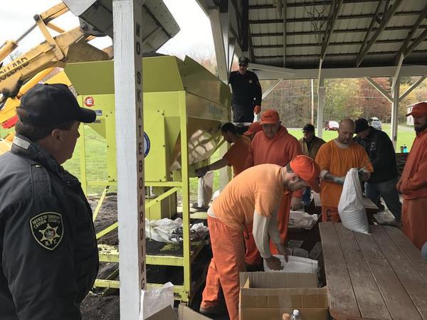 Jail inmates help fill sandbags in Fair Haven