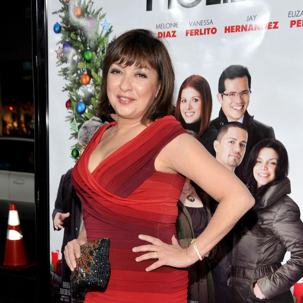 Actress Elizabeth Peña arrives at the Hollywood premiere of <em>Nothing Like the Holidays</em> in 2008.