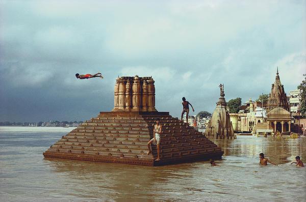 Man diving, Ganges floods, Benares, Uttar Pradesh, 1985.