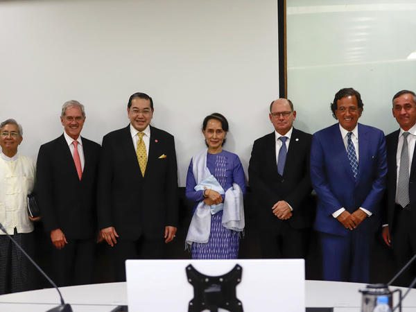 Aung San Suu Kyi (center), poses with Bill Richardson (2nd right) and other members of the Advisory Commission on Rakhine State after their meeting in Myanmar on Monday.