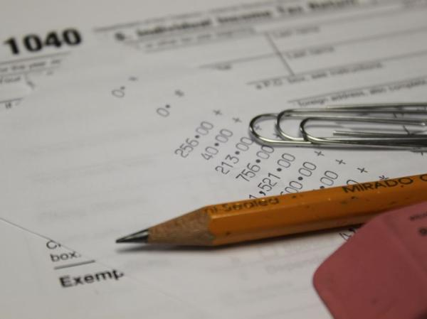 If lawmakers don't act, changes in federal tax filing could trigger an increase in state income taxes for some Kansans.